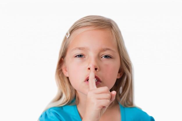 Jeune fille demandant le silence