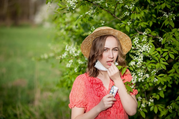 Jeune fille devant un arbre en fleurs.