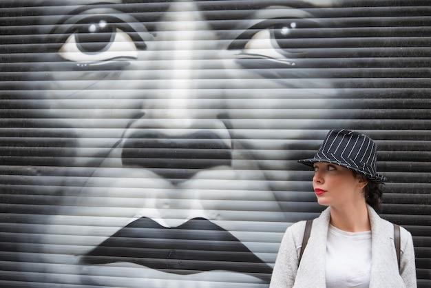 Jeune fille, devant, graffiti