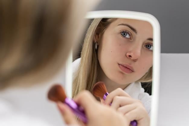 La jeune fille devant le miroir.