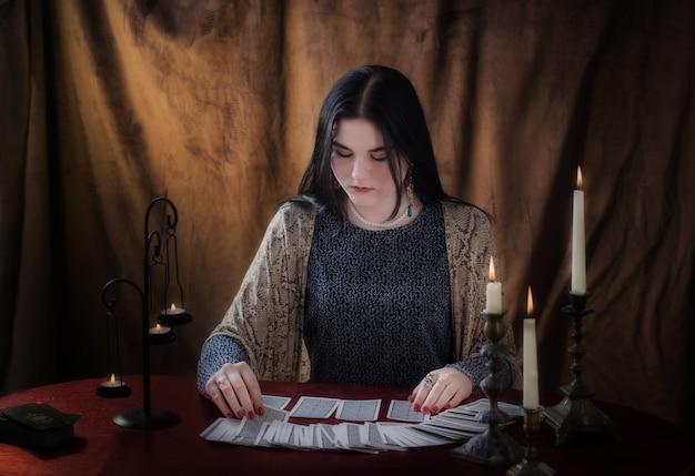 Jeune fille devinant avec des cartes de tarot sur une surface brune
