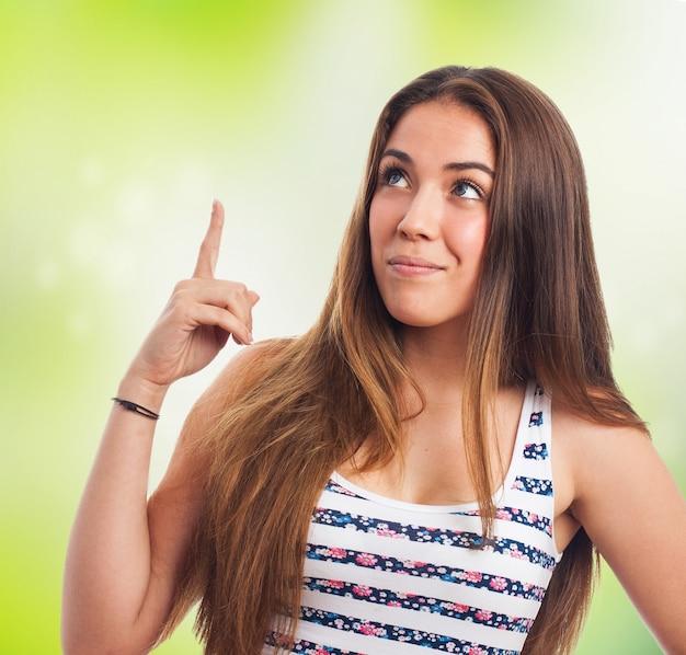 Jeune fille doigt pointé