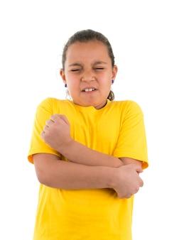Jeune fille avec douleur au coude isolée