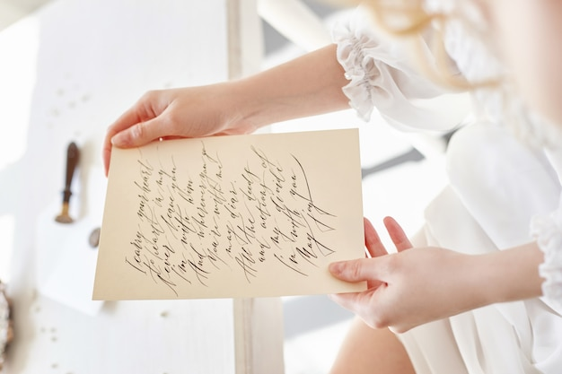 Jeune fille écrit une lettre à son homme bien-aimé à la maison