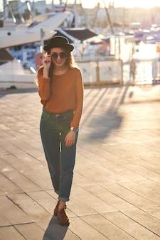 Jeune fille élégante dans un port de mer