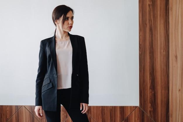 Jeune fille émotive attrayante dans les vêtements de style d'affaires