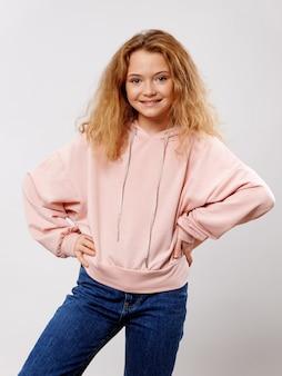 Jeune fille enfant posant dans des vêtements élégants