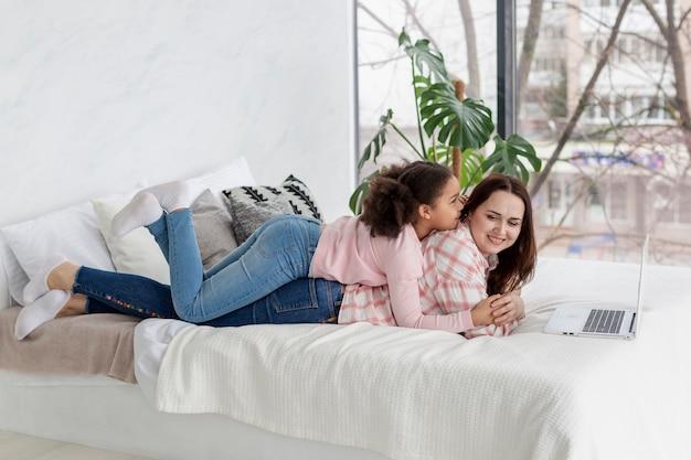 Une jeune fille est heureuse d'être à la maison avec sa mère
