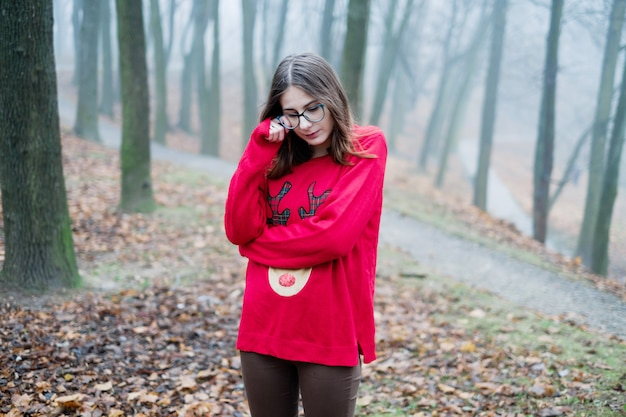 La jeune fille est seule perdue dans la forêt brumeuse et ressent la peur, la dépression et la solitude alors elle pleure