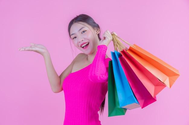 La jeune fille est titulaire d'un sac de shopping et de beauté