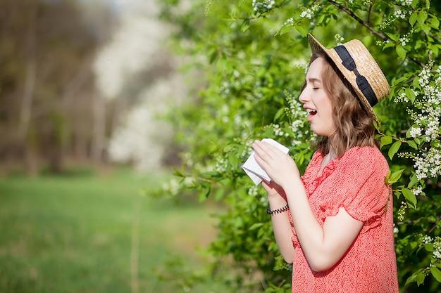 Jeune fille, éternuements, dans, tissu, devant, fleurir, arbre