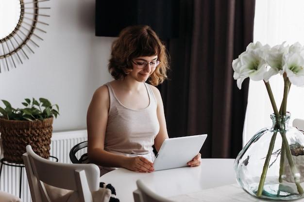Jeune fille étudiant en ligne. enseignement à domicile et enseignement à domicile. cours en ligne sur tablette numérique