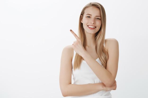 Jeune fille expressive aux cheveux blonds
