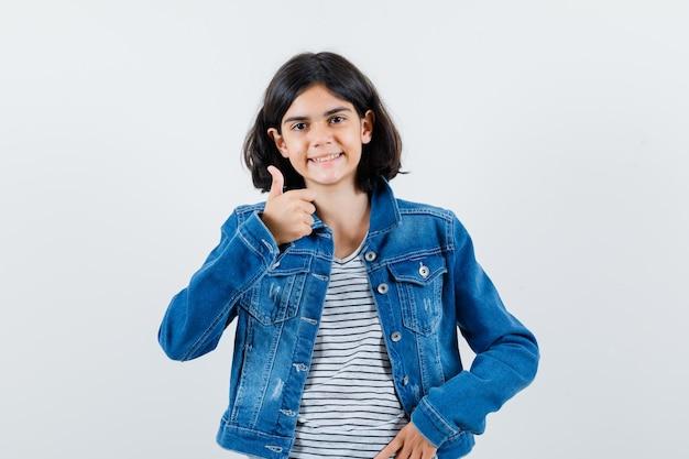 Jeune fille expressive posant