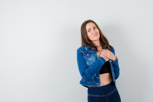 Jeune fille expressive qui pose en studio