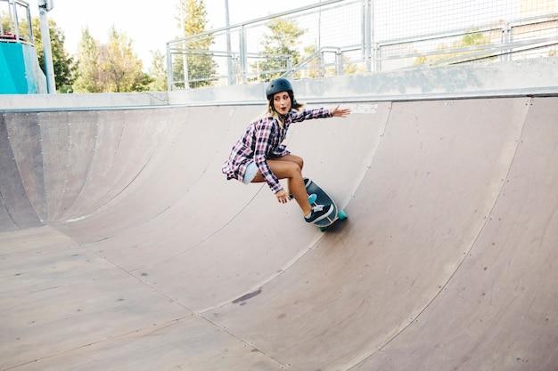Jeune fille faisant du skateboard à haute vitesse