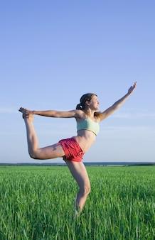 Jeune fille faisant du yoga contre la nature