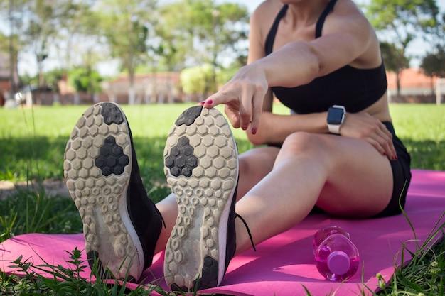 Une jeune fille faisant des étirements dans le parc