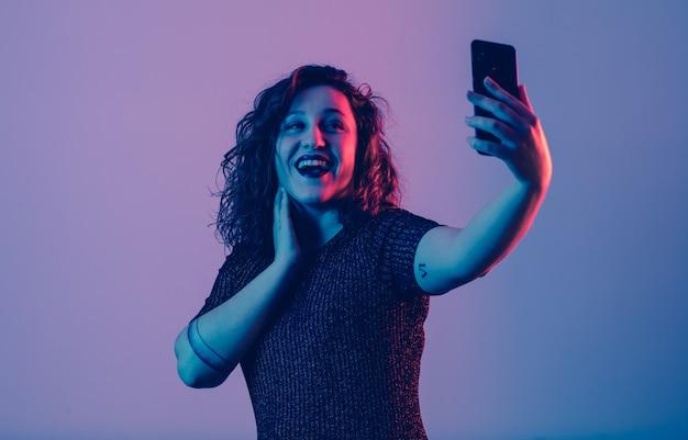 Jeune fille faisant selfie et s'amusant en fête
