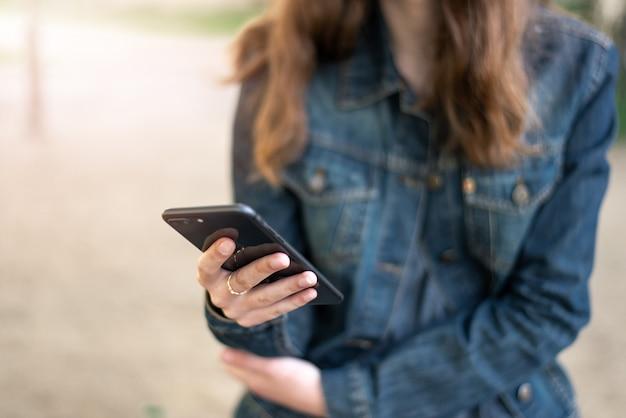 Jeune fille féminine avec smartphone