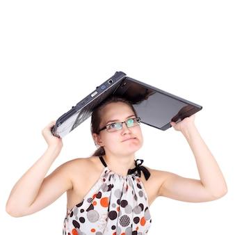 Jeune fille folle brisant son cahier