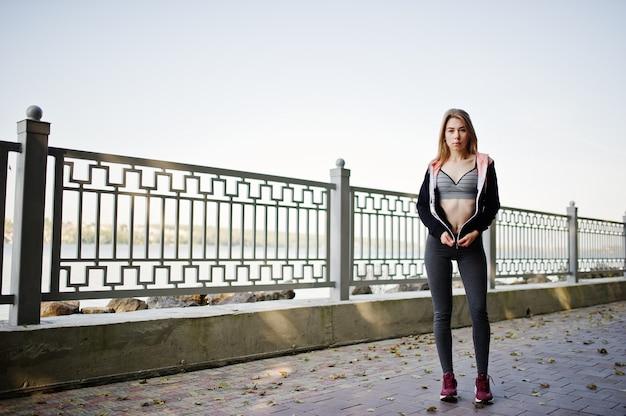 Jeune fille a la formation et faire des exercices en plein air
