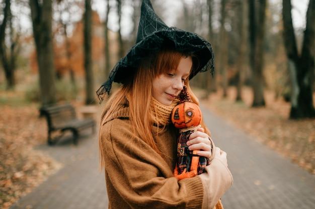 Jeune fille d'halloween posant dans le parc