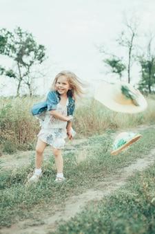 La jeune fille sur l'herbe verte