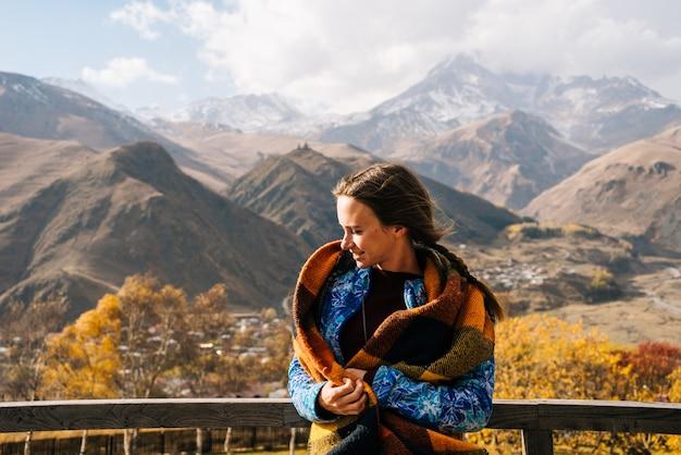 La jeune fille heureuse voyage, apprécie la nature de montagne et le soleil