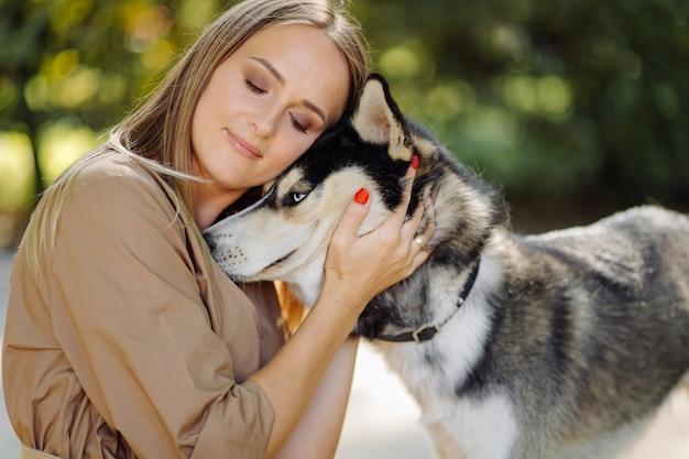 Jeune fille et husky