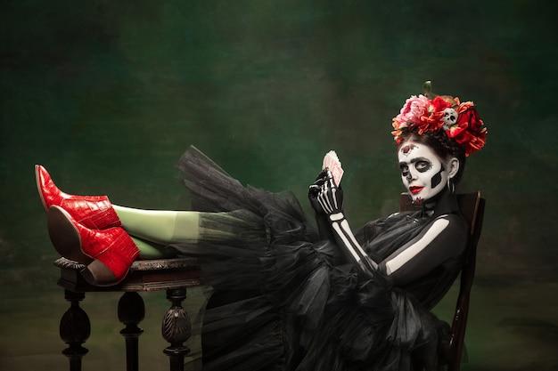 Jeune fille à l'image de santa muerte, saint mort ou crâne de sucre