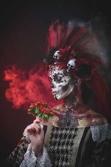 Jeune fille à l'image de santa muerte