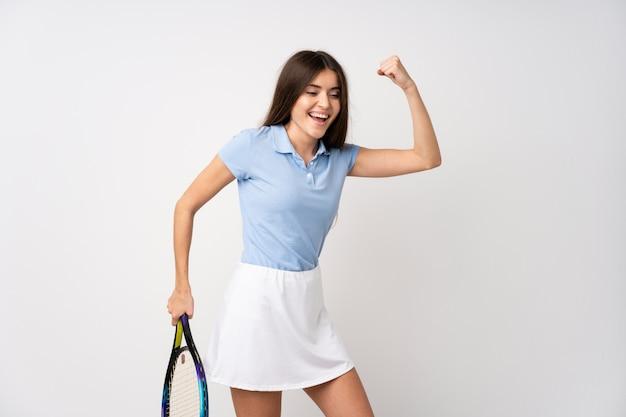Jeune fille, sur, isolé, mur blanc, jouer tennis, et, célébrer, a, victoire