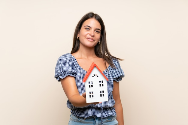 Jeune fille, sur, isolé, mur, tenue, a, petite maison