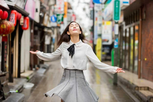 Jeune fille japonaise à l'extérieur