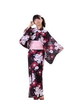 Jeune fille japonaise en vêtements traditionnels, portrait en pied isolé sur blanc.