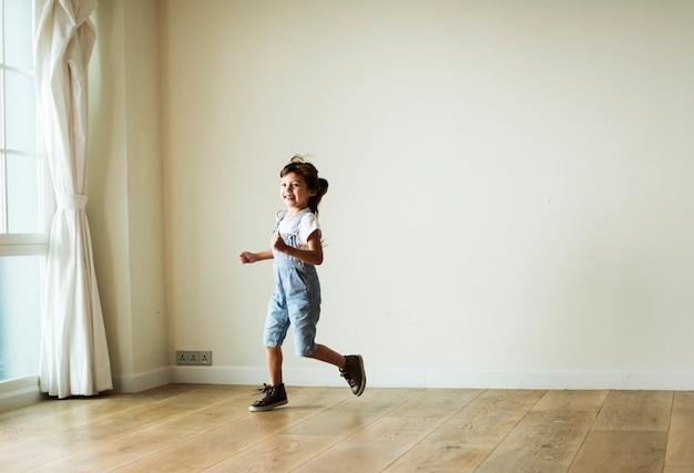 Jeune fille jouant dans une pièce vide