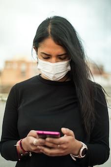 Jeune fille latine avec masque