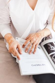 Jeune fille lit magazine, magazine sur la mode et les célébrités