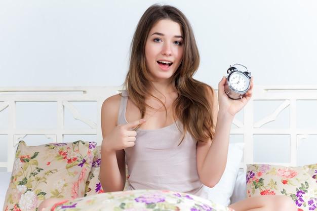 Jeune fille sur le lit