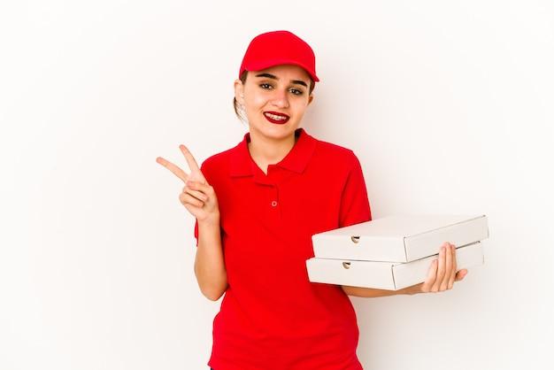 Jeune fille de livraison de pizza arabe maigre couvrant les oreilles avec les mains.