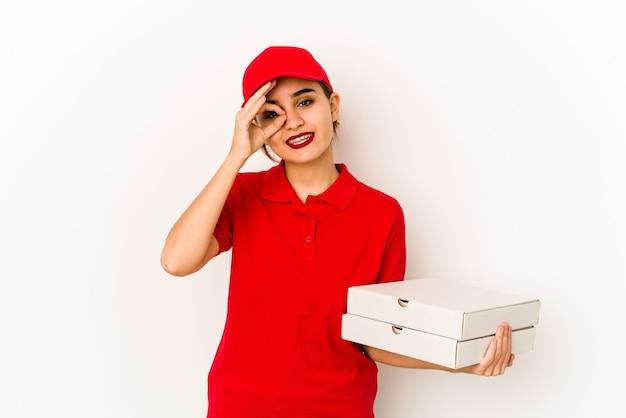 Jeune fille de livraison de pizza arabe maigre pointant à la main vers un espace de copie de chemise, fier et confiant