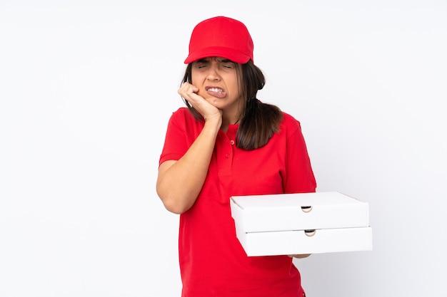 Jeune fille de livraison de pizza sur fond blanc isolé avec mal aux dents