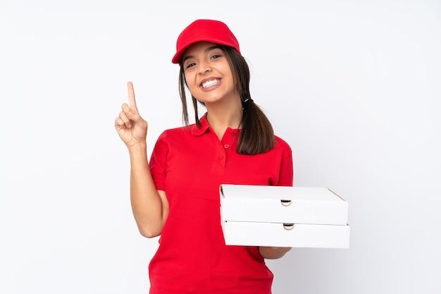 Jeune fille de livraison de pizza isolée montrant et soulevant un doigt en signe de la meilleure