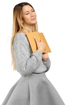 Jeune fille avec livre isolé sur fond blanc