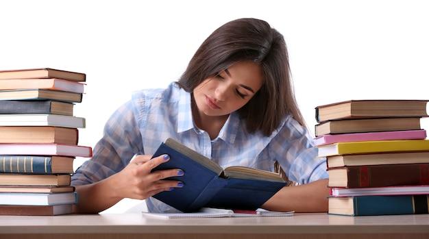 Jeune fille avec des livres sur blanc