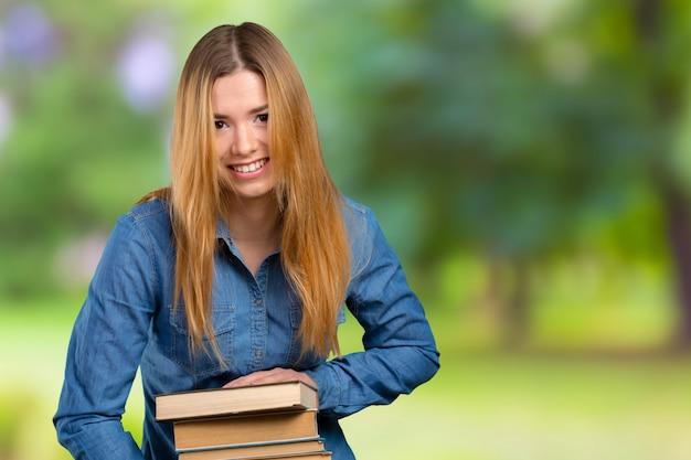 Jeune fille avec des livres