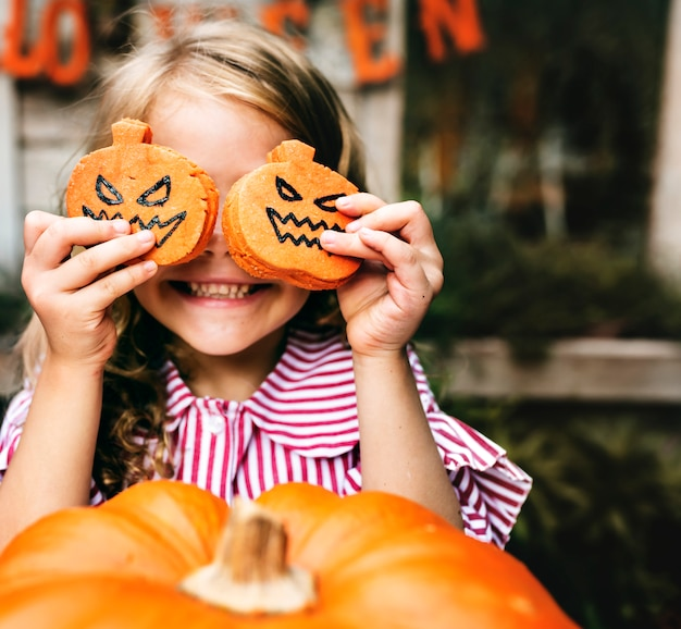 Jeune fille ludique profitant de la fête d'halloween