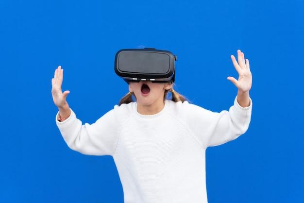 Jeune fille avec des lunettes de réalité virtuelle. isolé. casque de rv.