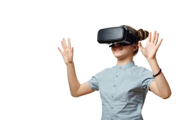Jeune fille avec des lunettes de réalité virtuelle
